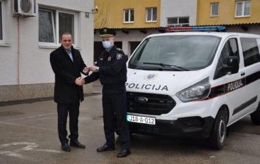 MINISTAR UNUTRAŠNJIH POSLOVA DARIO PEKIĆ URUČIO NOVO SLUŽBENO VOZILO POLICIJSKOJ STANICI MAGLAJ