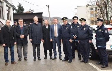 URUČENA SLUŽBENA VOZILA POLICIJSKIM STANICAMA TEŠANJ I MAGLAJ